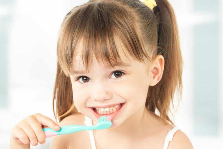¿Cuándo debe empezar a lavarse los dientes un niño?