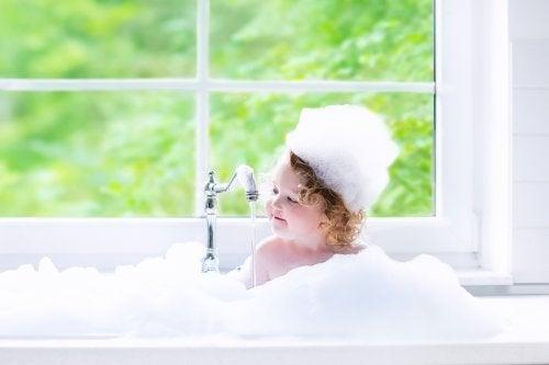 El baño en los niños: Importancia y consejos prácticos