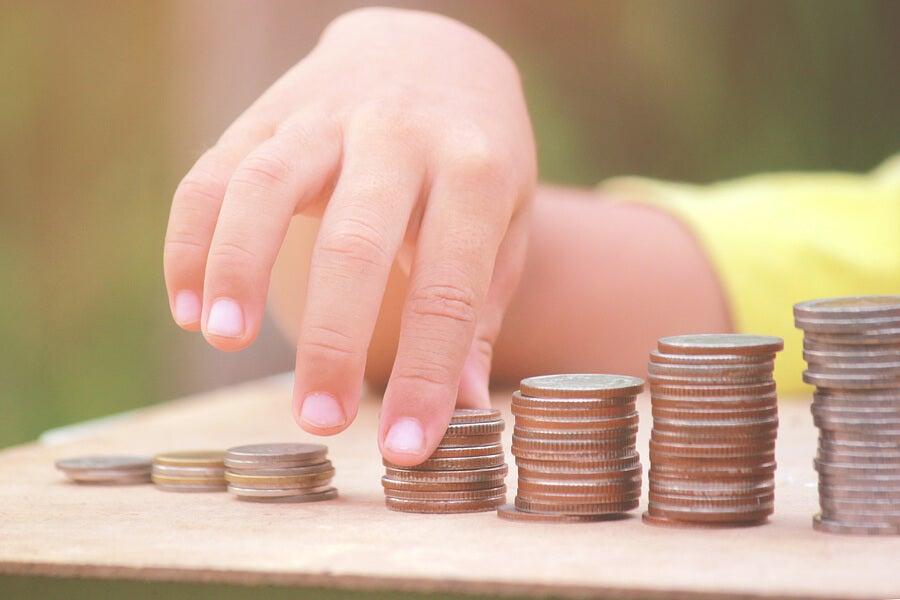 Mi hijo se ha tragado una moneda, ¿qué debo hacer?