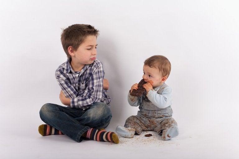 Cómo evitar los celos cuando llega un hermano