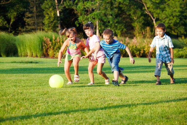 3 juegos de niños para practicar al aire libre