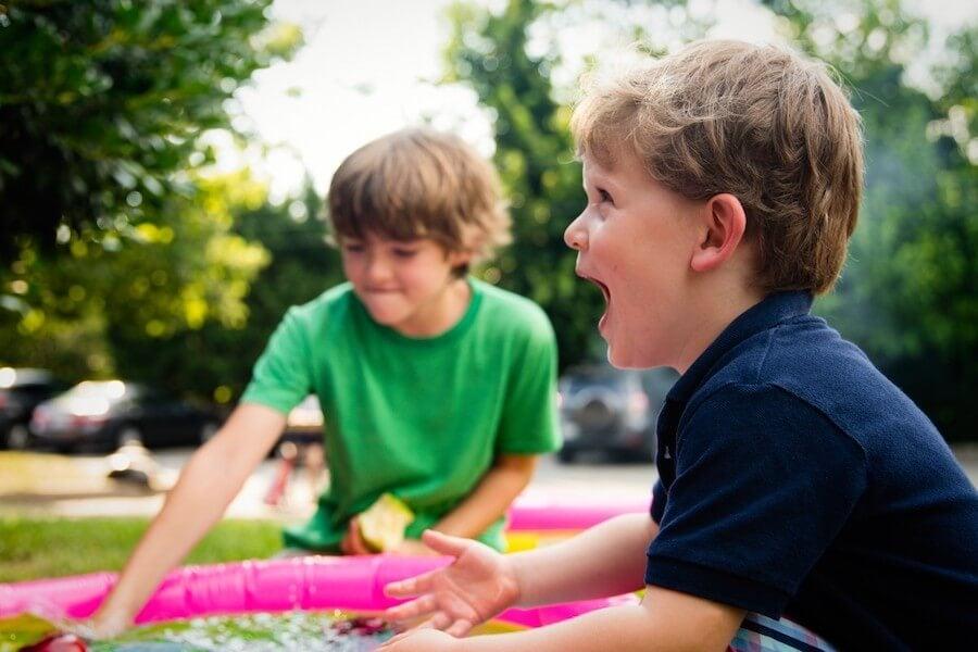 Jugar con amigos en el recreo.