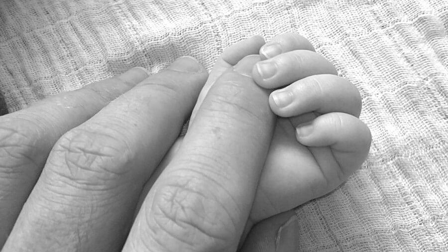mano-con-bebé