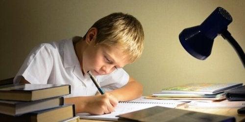 Niño estudiando y aprendiendo.