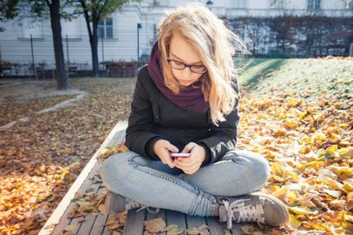 Chica adolescente consultando sus redes sociales y con un TCA.