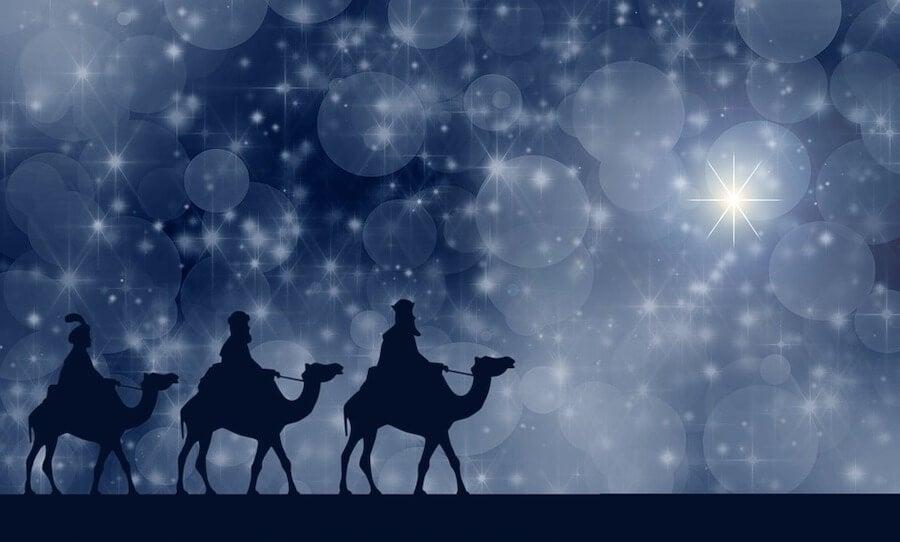 Los reyes magos llevaban oro, incienso y mirra al niño Jesús.