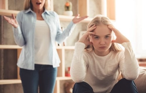Adolescente sin querer escuchar a su madre.