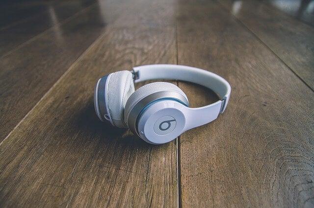 Los peligros del uso de auriculares en niños.