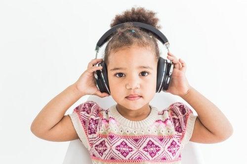 Peligros del uso de auriculares en niños