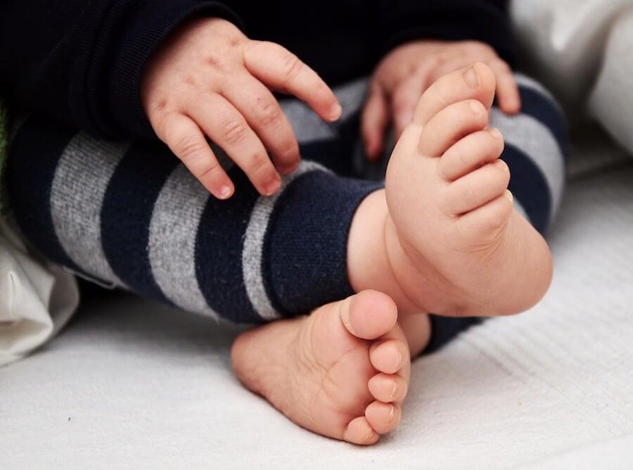 Qué debes saber si tu hijo camina con los pies hacia dentro