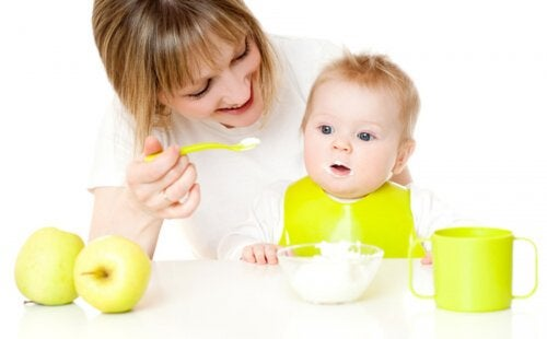 ¿Cómo ayudar al bebé a probar nuevos alimentos?