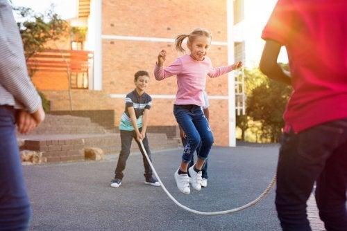 8 beneficios de saltar a la comba para los niños
