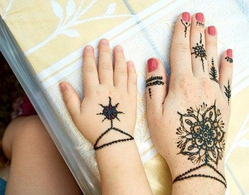 Peligros de los tatuajes de henna en los niños