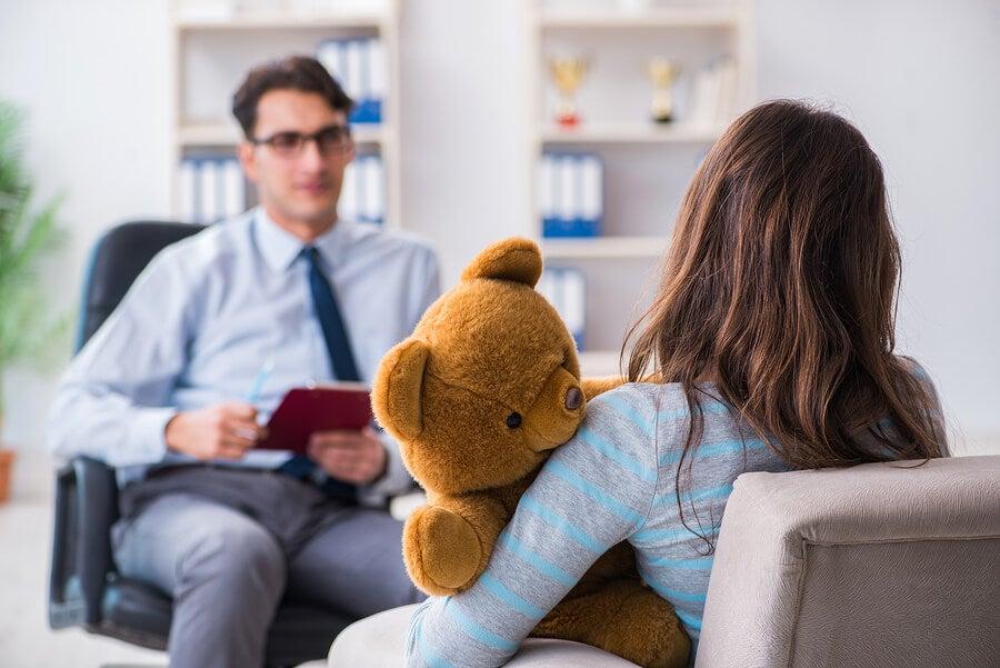 Madre recibiendo el consejo del psicólogo infantil