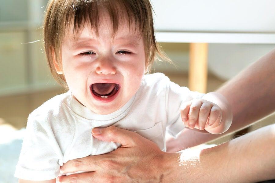 ¿Por qué mi hijo se golpea la cabeza contra la pared?