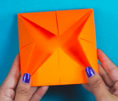 Hoja de papel naranja.