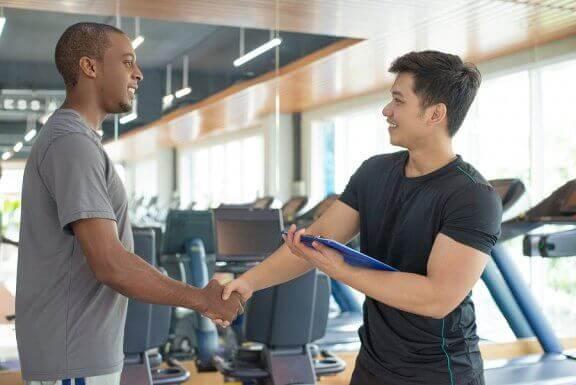 El apoyo del entrenador también es importante en el tratamiento de la vigorexia.