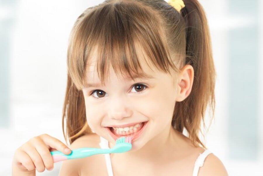Es importante que los niños lleven a cabo una rutina de higiene bucodental para evitar caries