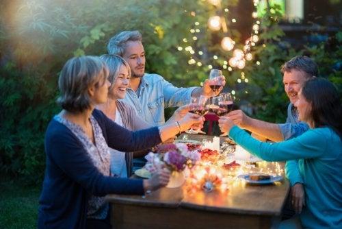 Grupo de amigos cenando.