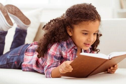 Leer ayuda a los niños a aprender ortografía.