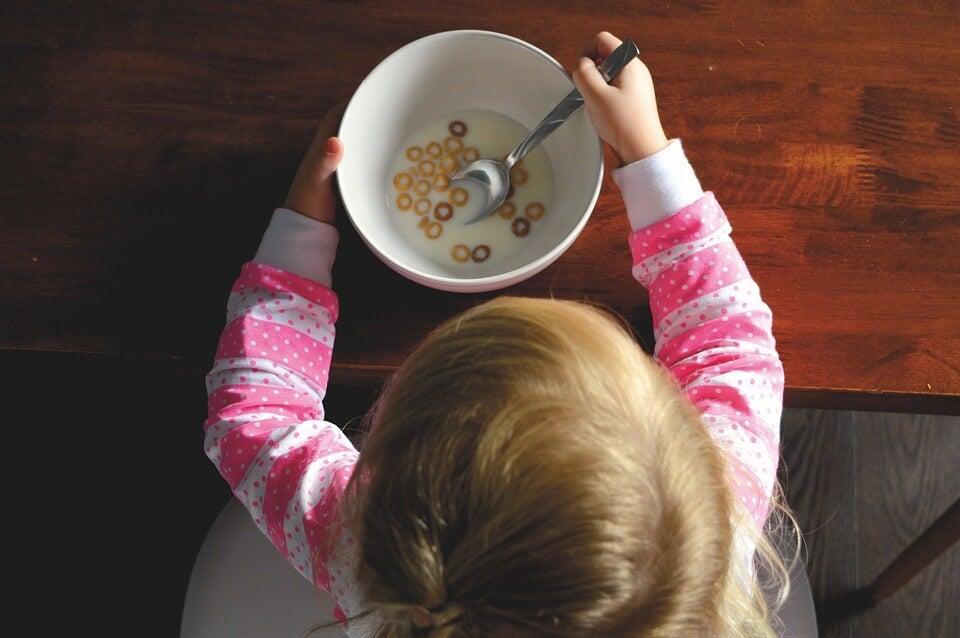 Niño comiendo cereales