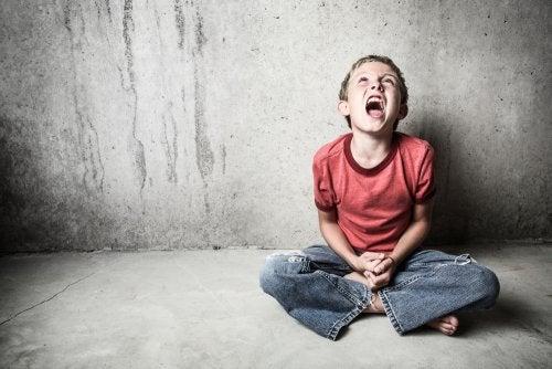 Niño gritando por posible enfermedad mental.