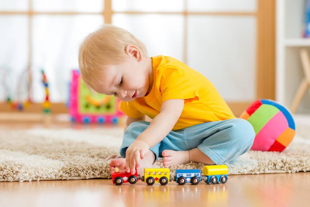 Niño jugando su parque o corral en casa.