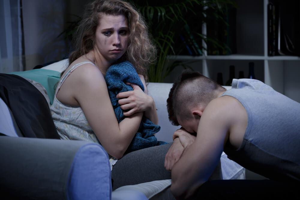 En las relaciones de pareja siempre se discute. Aquí aparece una pareja que lo acaba de hacer. Ella está llorando.