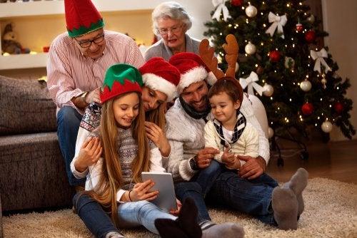 Familia haciéndose fotos navideñas originales.