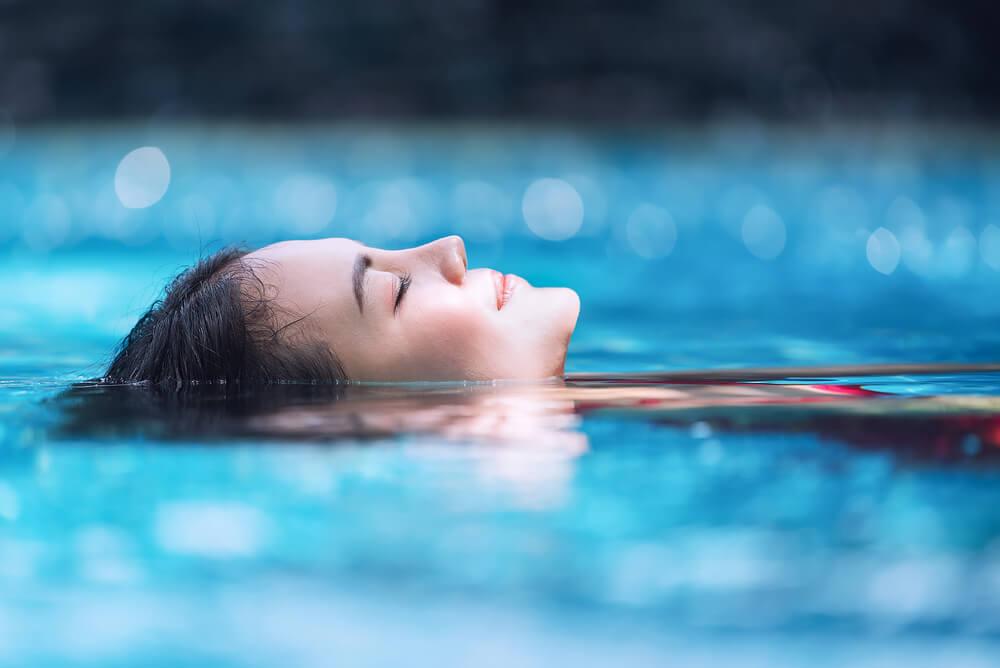 Une femme détendue dans l'eau.