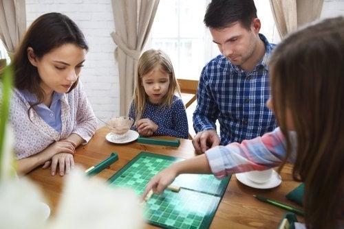 Familia jugando al scrabble para mejorar la ortografía.