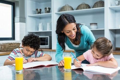 Madre ayudando a su hijos a escribir la carta a los Reyes Magos.