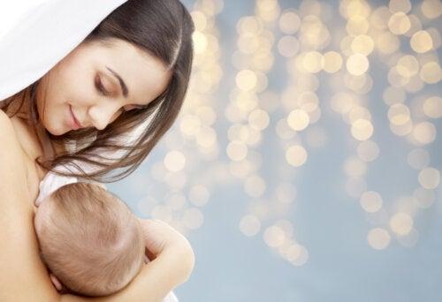 Mamá dándole el pecho a su bebé y siguiendo el método de la amenorrea de la lactancia.