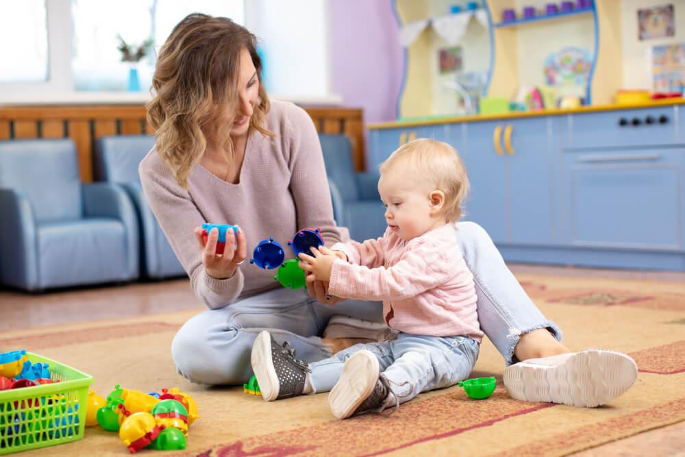 Mamá juega con su niño en casa.