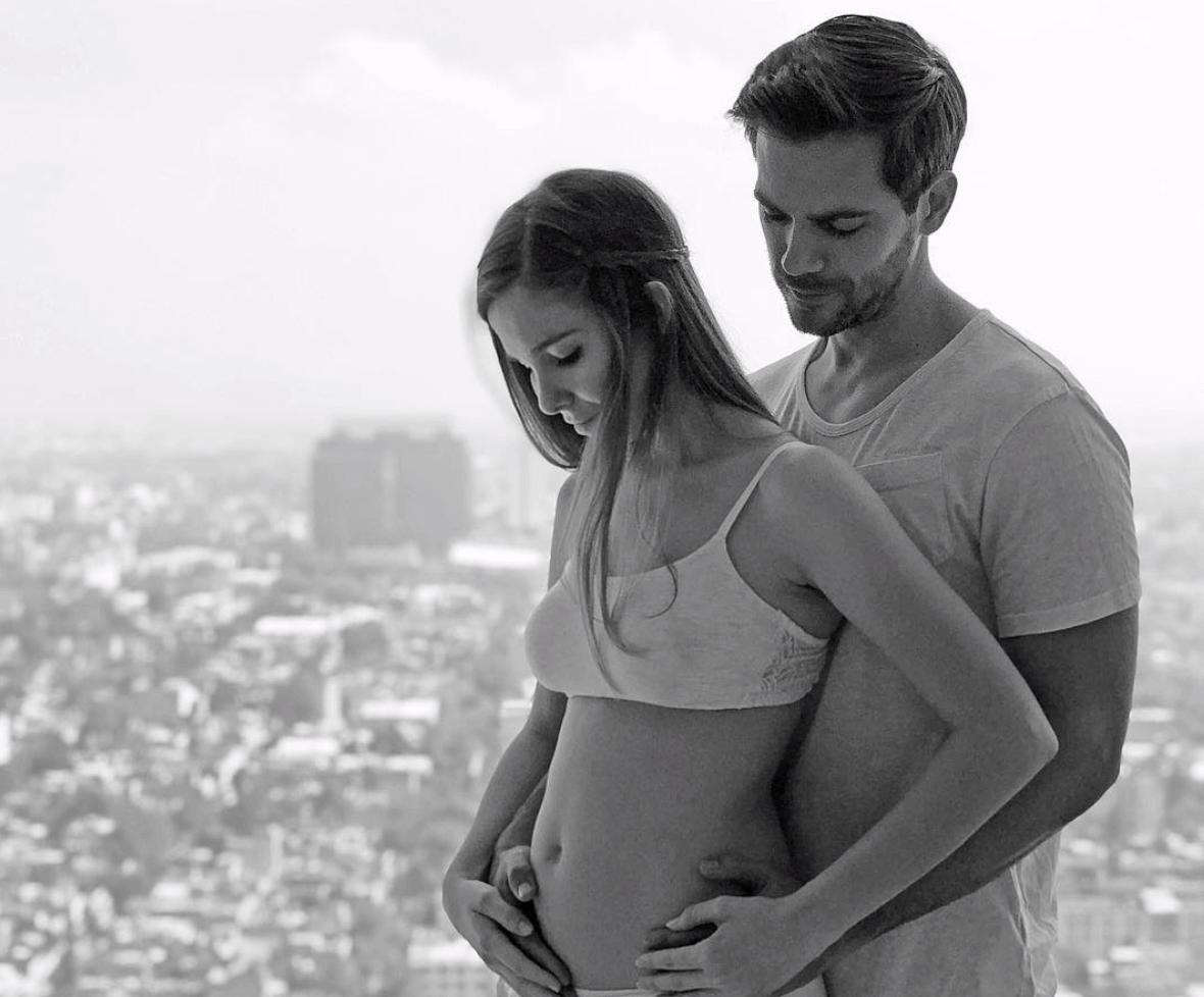 La famosa actriz Natalia Sánchez, embarazada, junto a su pareja, Marc Clotet.