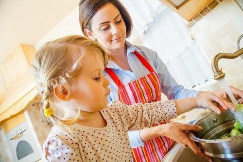 Contar con su ayuda es una manera de entretener a los niños mientras haces la cena.