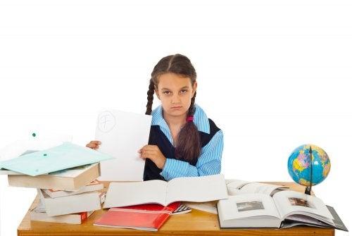 Niña con malas notas a punto de repetir curso.