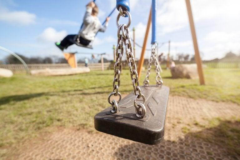 Mi hijo no juega con nadie en el colegio: 4 claves para que se integre