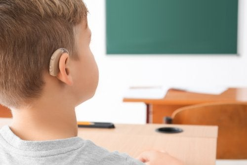 Niño con discapacidad auditiva, uno de los alumnos con NEE y NEAE.