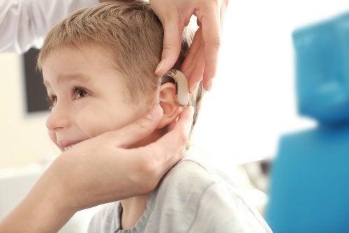 Niño con discapacidad auditiva o hipoacusia.
