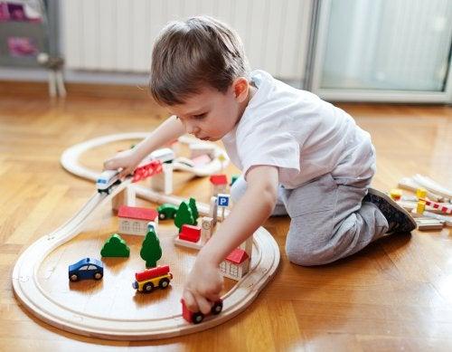 Niño jugando con los juguetes que le han regalado en Navidad.