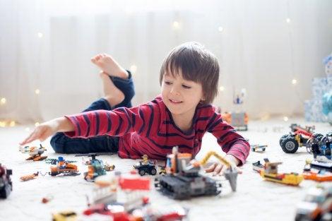 Niño jugando con los juguetes de Navidad.