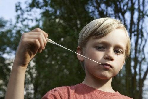 ¿Qué hacer si mi hijo se ha tragado un chicle?
