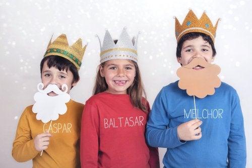 Niños disfrazados de los Reyes Magos para superar el miedo.