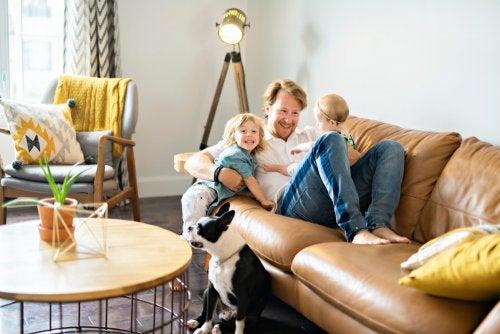Padre con sus hijos en el sofá.