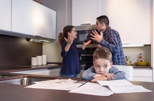 Padres teniendo una discusión delante del niño a punto de pedirse el divorcio.