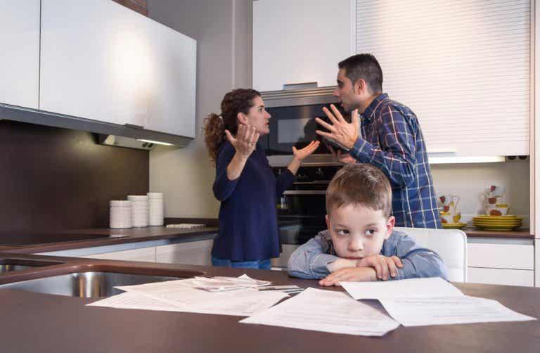 ¿Qué sienten los niños cuando los padres discuten?