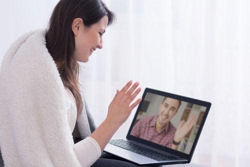 Si tu pareja trabaja mucho fuera de casa, una de las soluciones es hacer videoconferencia.