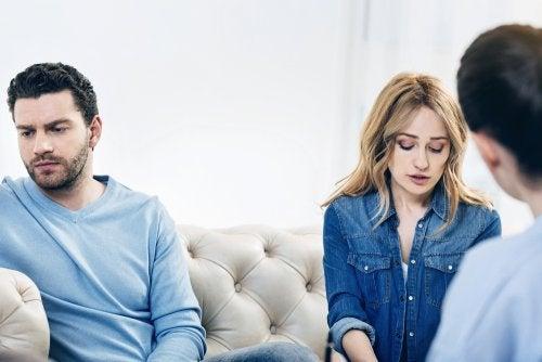 Una pareja en una sesión de terapia.