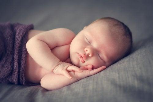 7 trucos para que el bebé duerma toda la noche